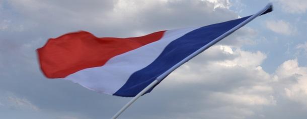 写真・図版 : 「自由・平等・友愛」を意味するトリコロール(3色)の国旗のもと、ノートルダム再建に向かってフランスはまとまるのか