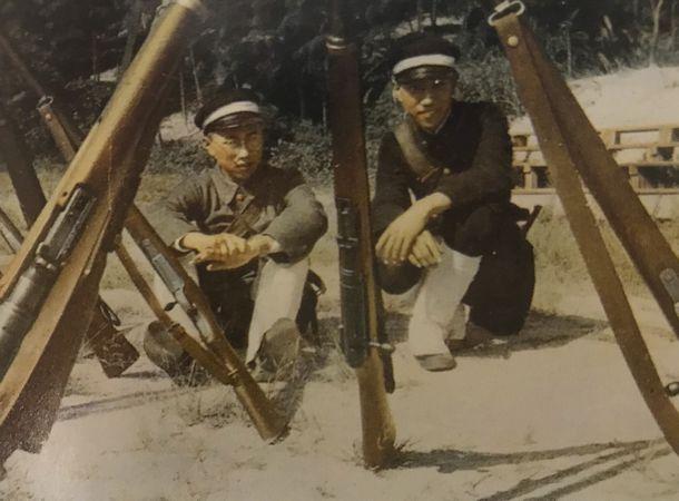 写真・図版 : 旧制北野中学時代の田さん。軍事教練中の写真