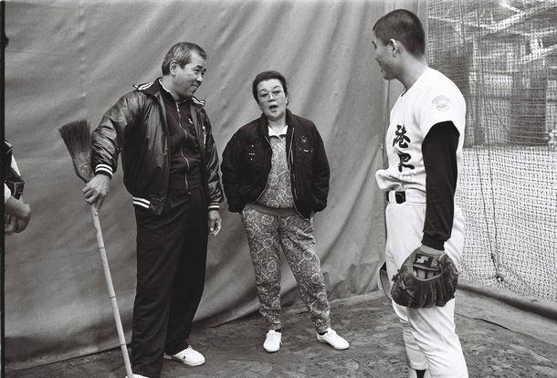 シニア・リトルリーグ「ムース」のオーナー 野村沙知代さんと、ヤクルト野村克也監督(当時)=1990年11月29日、東京・神宮球場室内練習場