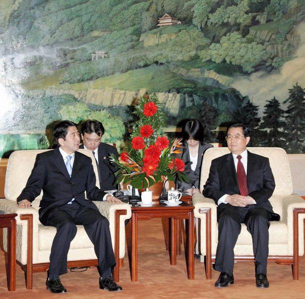 胡錦濤国家主席(右)と会談する安倍晋三首相(左)=2006年10月8日、北京・人民大会堂