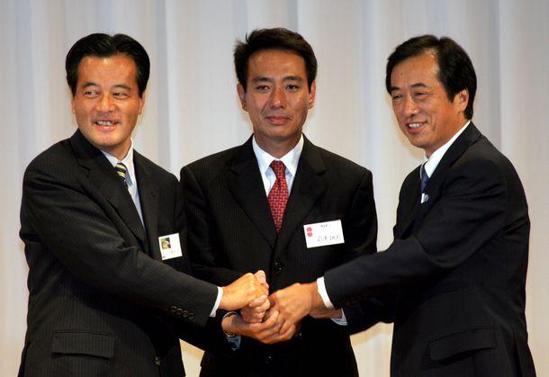 民主党の新代表に決まった前原誠司氏(中央)と祝福する岡田克也氏(左)と菅直人氏=2005年9月17日、東京都内のホテルで