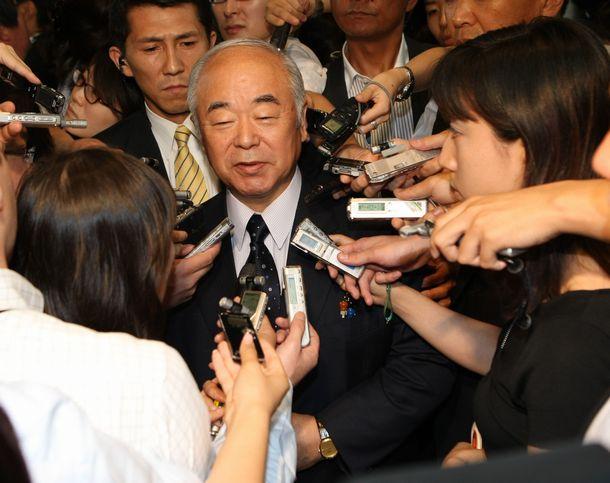 安倍首相に辞任の意向を伝え、記者の質問に答える久間防衛相=2007年7月3日、首相官邸