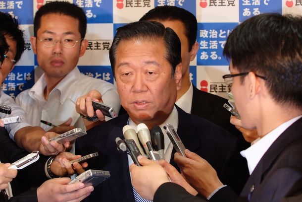 写真・図版 : 民主党が躍進した参院選後、初めて公の場に姿を見せた小沢一郎代表=2007年7月31日、東京・永田町