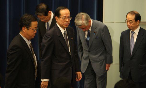 写真・図版 : 辞任会見を終え、会場を後にする福田康夫首相=2008年9月1日、首相官邸