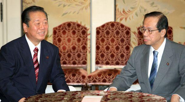 写真・図版 : 党首会談に臨む小沢一郎民主党代表(左)と福田康夫首相=2007年10月30日、国会