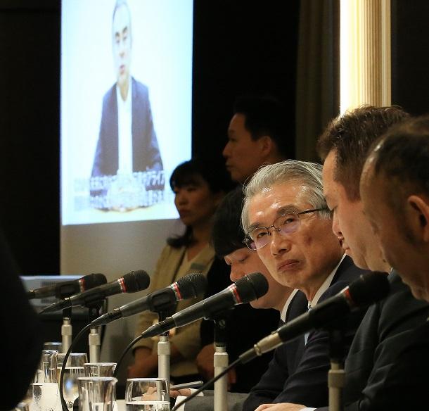 弘中惇一郎弁護士(右から3人目)らの記者会見ではカルロス・ゴーン