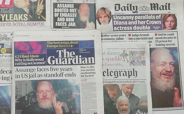 写真・図版 : アサンジュ容疑者の逮捕を報じたイギリスの新聞各紙=ロンドン、サイラス・スコット撮影