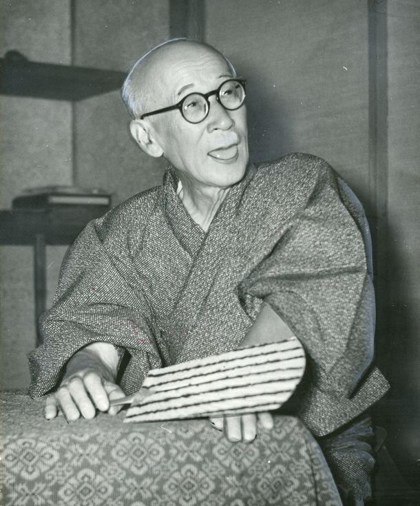 写真・図版 : 1956年の参院選で落選した河井弥八氏=1956年7月9日、静岡県掛川市の自宅