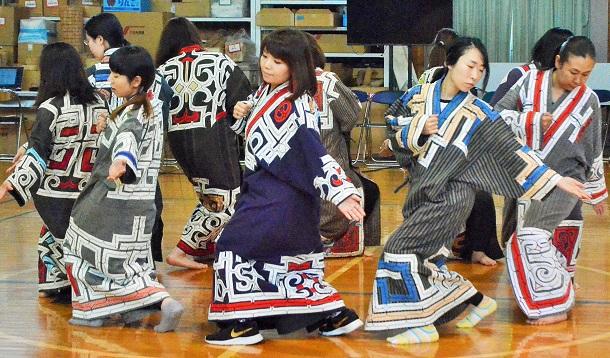 写真・図版 : 民族共生象徴空間(ウポポイ)開設に向け、古式舞踊の練習に励むアイヌ民族文化財団の職員ら=北海道白老町