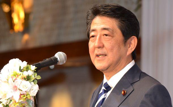 写真・図版 : 地元・山口県でアベノミクスの効果を訴える安倍首相=2016年1月10日
