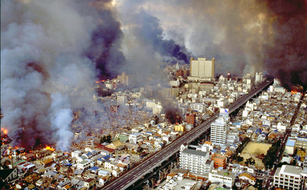 写真・図版 : 阪神大震災で激しく炎上する神戸市の市街地=1995年1月17日