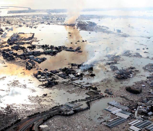写真・図版 : 東日本大震災の津波で大きな被害を受けた宮城県名取市=2011年3月12日