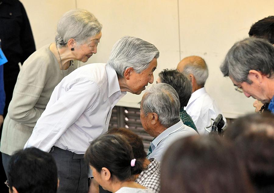 写真・図版 : 西日本豪雨災害の被災者に声をかける天皇、皇后両陛下=2018年9月21日