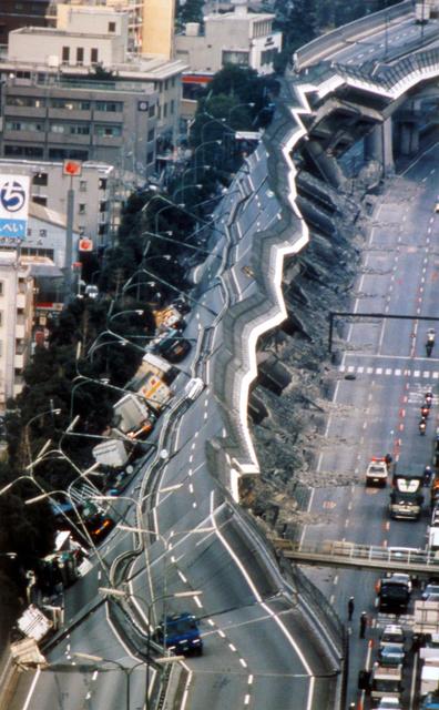 写真・図版 : 阪神大震災で橋脚が折れ、横倒しになった阪神高速神戸線=1995年1月17日