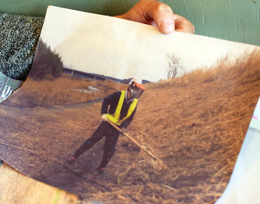 写真・図版 : 下請け作業員として働いた池田実さんが示す除染作業の写真