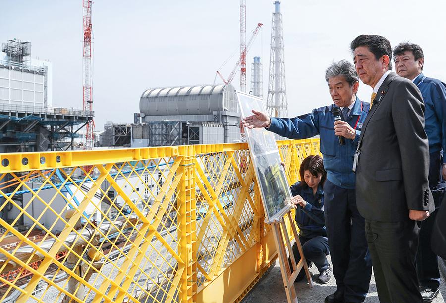 写真・図版 : 東京電力福島第1原発構内を視察し、説明を受ける安倍晋三首相=2019年4月14日
