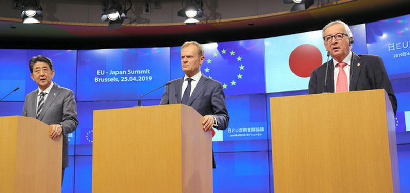 写真・図版 : 安倍首相はEUとの首脳会談後の記者会見で、WTO上級審に不満を示した=2019年4月25日、ブリュッセル