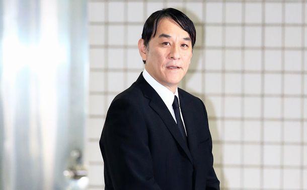 写真・図版 : 保釈されたピエール瀧被告=2019年4月4日、東京都江東区