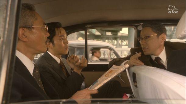 写真・図版 : 大河ドラマ「いだてん~東京オリムピック噺(ばなし)~」第6話から。主人公の一人(右)が車内で喫煙するシーン