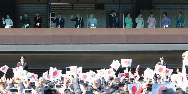 写真・図版 : 新年の一般参賀に訪れた人たちに手を振る天皇、皇后両陛下、皇族方だが……=2019年1月2日、皇居