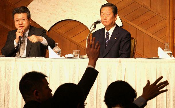 写真・図版 : 東京地検の事情聴取後の記者会見で質問を受ける民主党の小沢一郎幹事長=0210年1月23日、東京都千代田区