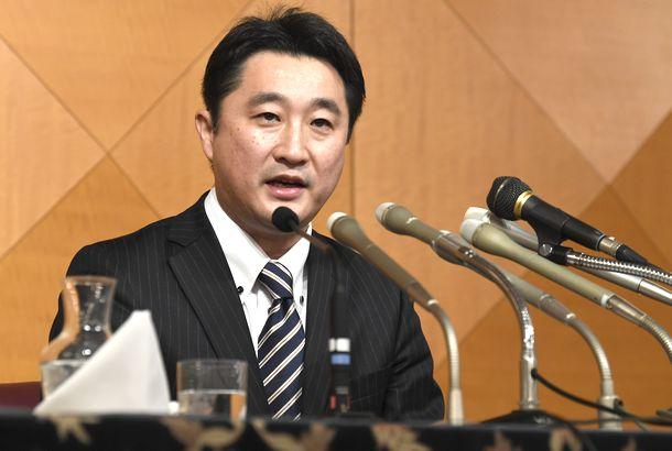写真・図版 : 北海道知事選への出馬を表明した元衆院議員の石川知裕氏=2019年2月8日、札幌市中央区