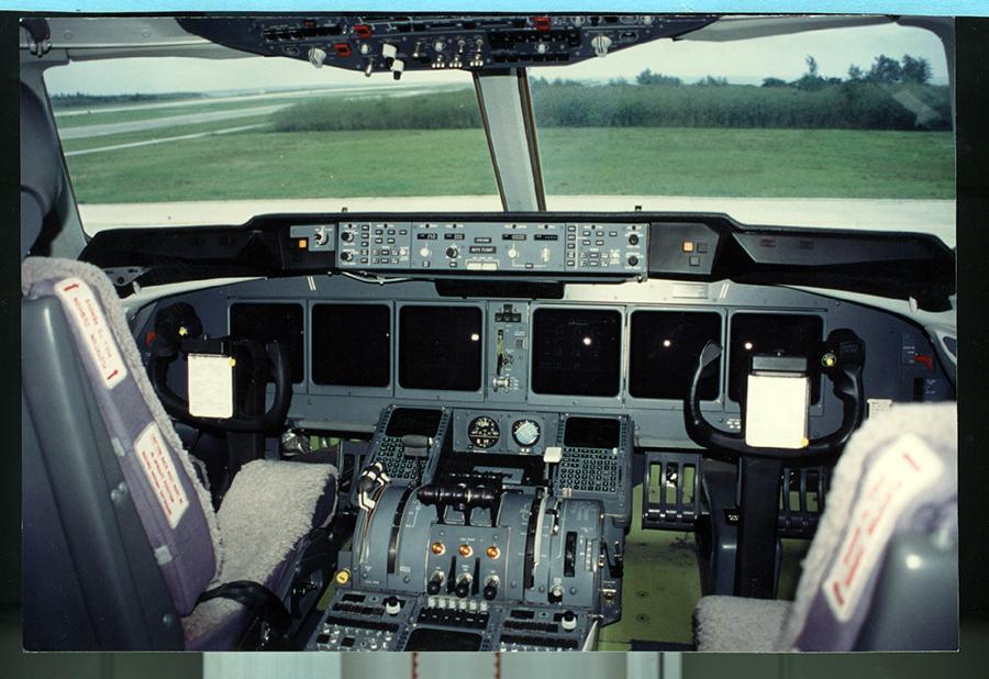写真・図版 : 1997年に乱高下事故を起こした日航機と同型のMD11型機の操縦席