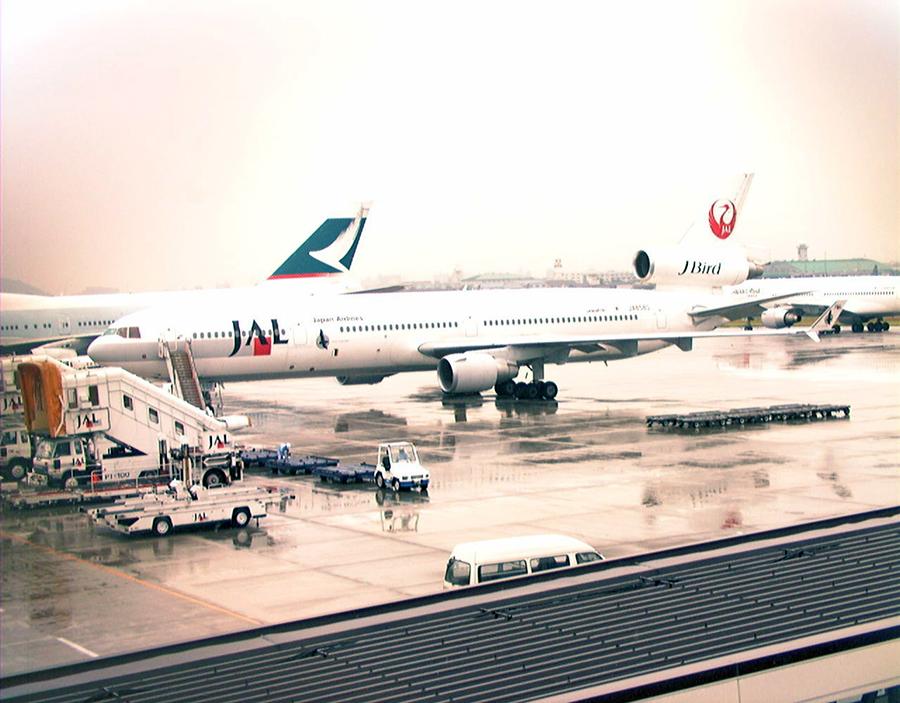 写真・図版 : 機体の乱高下事故を起こした日本航空MD11機=1997年6月9日、名古屋空港