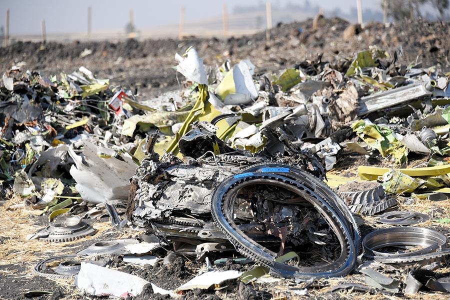 写真・図版 : 残骸が1カ所に集められたエチオピア航空機の墜落現場=2019年3月16日、エチオピアの首都アディスアベバ郊外、石原孝撮影