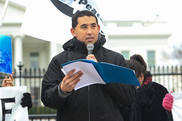 写真・図版 : ホワイトハウス前で辺野古移設に対し抗議運動をするロバート・カジワラ氏=2019年1月7日、ワシントン