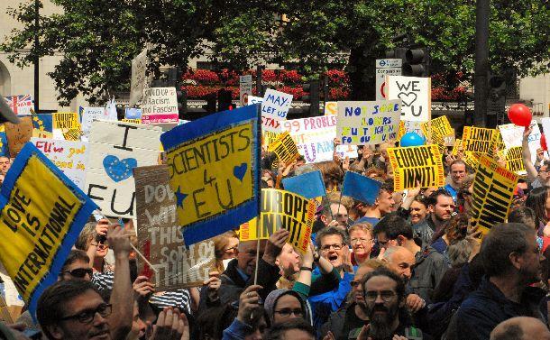 ロンドン中心部で、英国のEU残留を支持する人たちが国民投票をやり直すよう訴え、練り歩いた=2016年7月、ロンドン