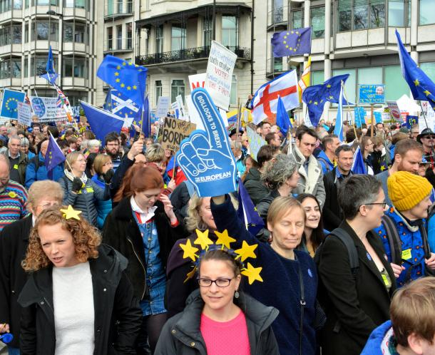 英国のEU離脱をめぐる2度目の国民投票を求めてデモ行進する人たち=3月、ロンドン