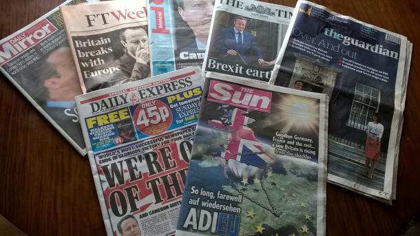 国民投票の結果を伝える英国の新聞の1面=2016年6月25日、小林恭子撮影