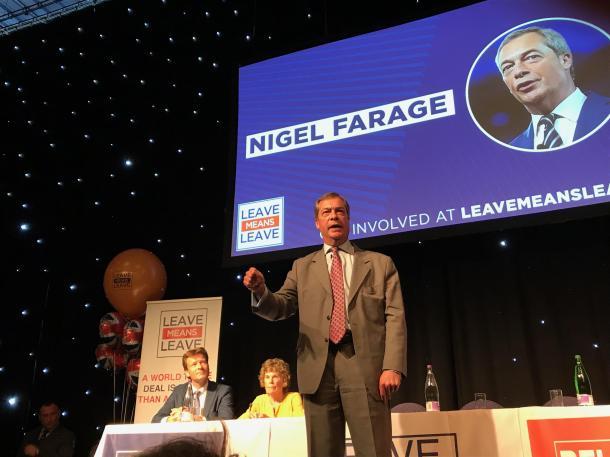 「きっぱりと離脱するべき」と熱弁をふるうナイジェル・ファラージ元英国独立党党首=2018年9月、「離脱は離脱」運動の集会。小林恭子撮影