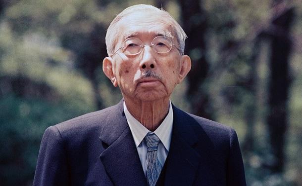 1988年4月の87歳の誕生日を迎えるにあたり、皇居内を散策する昭和天皇=提供・宮内庁