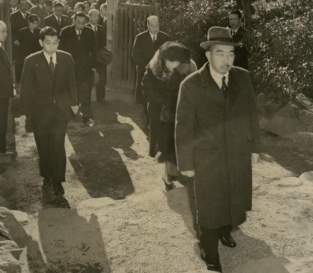 秩父宮雍仁親王の逝去に、鵠沼の別邸へ駆けつけた昭和天皇と香淳皇后。左後ろは高松宮宣仁さま =1953年