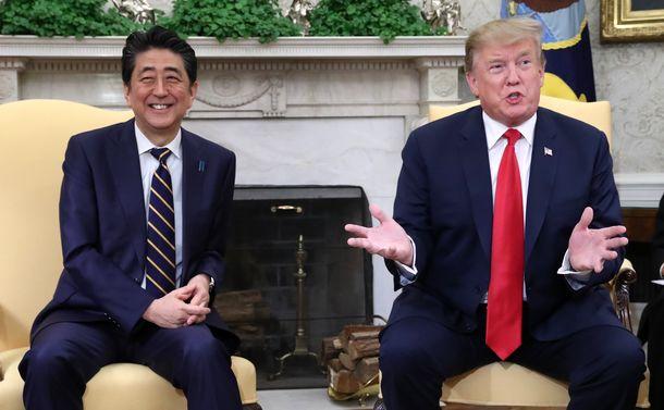写真・図版 : トランプ米大統領(右)との首脳会談に臨む安倍晋三首相=2019年4月26日、ワシントンのホワイトハウス