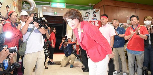 写真・図版 : 衆院補選で敗北、支持者に一礼する島尻安伊子氏=2019年4月21日