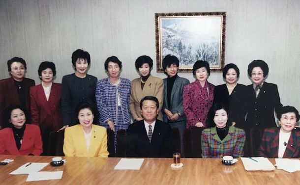 小沢一郎さんを囲む新進党の女性議員たち。小沢さんの真後ろが小池さん。右隣り円。右端は扇千景さん=1997年10月1日