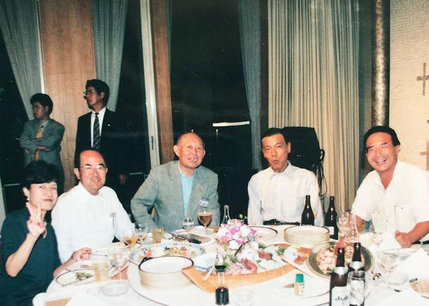 新進党は江藤淳氏を呼び、箱根プリンスホテルで政策勉強会を開いた。その夜の懇親会で中西啓介さん(右から2人目)や藤井裕久さん(その左)と=1997年9月1日
