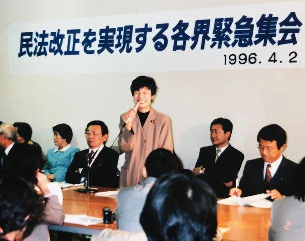 写真・図版 : 夫婦別姓に向けての集会で新進党を代表して発言する円。左隣は与謝野馨さん=1996年4月2日