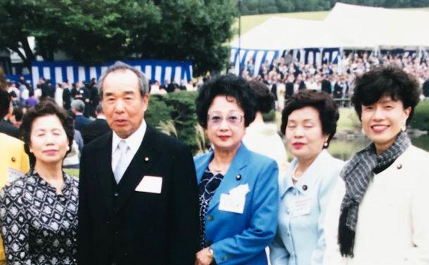 写真・図版 : 春の園遊会で。左から2人目が村上正邦さん、右隣が扇千景さん、一人おいて円より子=1997年5月14日