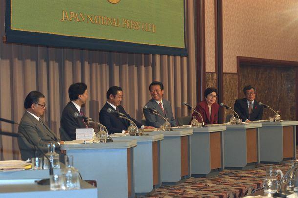 写真・図版 : 1996年衆院選前、日本記者クラブでおこなわれた党首討論。右から3人目が小沢一郎・新進党党首。その左が橋本龍太郎・自民党総裁=1996年10月7日