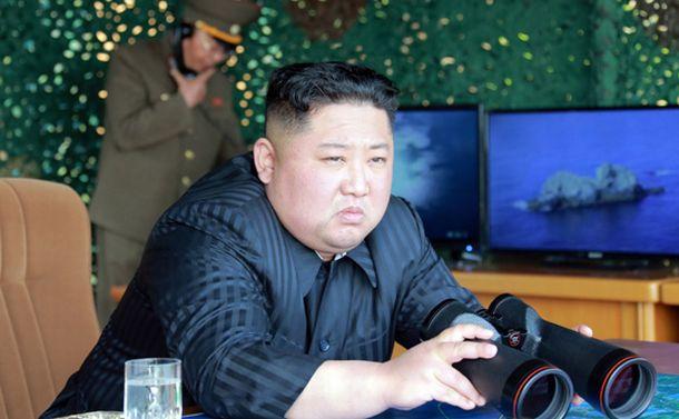写真・図版 : 北朝鮮が5月4日に日本海上で行った軍事訓練を指導する金正恩朝鮮労働党委員長=労働新聞のホームページから