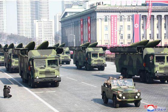 写真・図版 : 2018年2月8日に平壌で行われた北朝鮮軍創建70周年軍事パレードで登場した「北朝鮮版イスカンデル」とみられる機体。労働新聞(電子版)が2018年2月9日にホームページで公開した