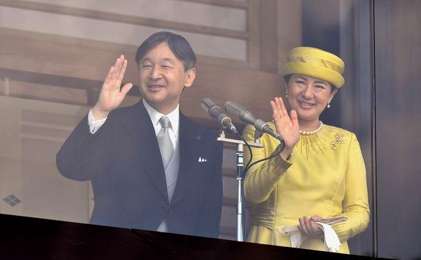写真・図版 : 一般参賀に集まった人たちに手を振る天皇、皇后=2019年5月4日、皇居・宮殿