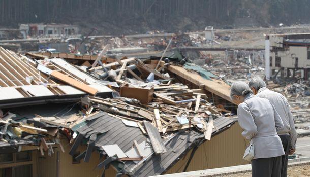 写真・図版 : 東日本大震災直後、7週連続で被災者を見舞った=2011年4月、宮城県南三陸町歌津