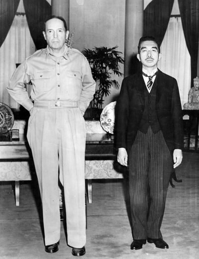 写真・図版 : 1945年9月、連合国軍最高司令官のマッカーサー元帥を訪問した昭和天皇。敗戦の現実を国民に実感させた写真として知られる 。GHQ写真班(米軍)撮影