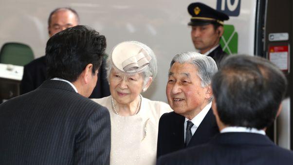 写真・図版 : JP東京駅で、安倍晋三首相の見送りを受ける上皇、上皇后=2019年4月17日