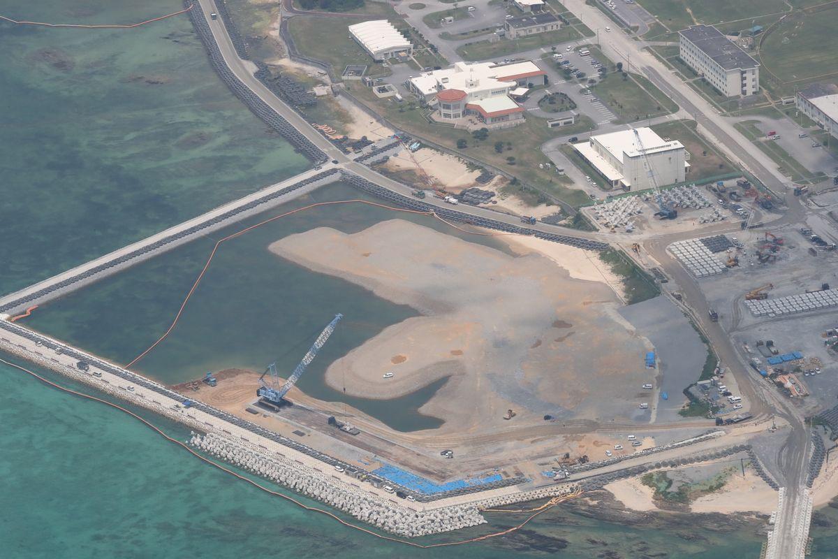 写真・図版 : 埋め立て工事が進む沖縄県名護市辺野古の米軍キャンプ・シュワブ沿岸=5月。朝日新聞社機から